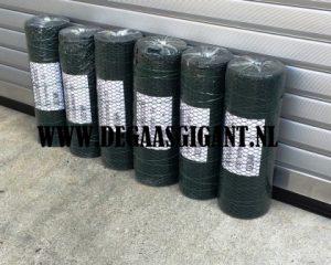 Zeskantgaas groen geplastificeerd te koop. Maaswijdte geplastificeerd dubbeltjesgaas 13 mm. Hoogte 50 cm. Draaddikte 1