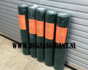 Zeskantgaas groen geplastificeerd te koop. Maaswijdte geplastificeerd konijnengaas 25 mm. Hoogte 100 cm. Draaddikte 1